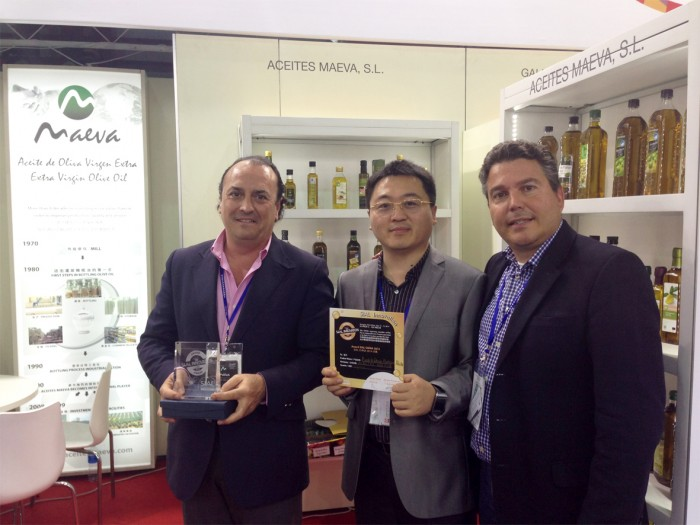 Luis Torres Morente, Golden Guo y Manu Pich recogiendo el premio en SIAL China 2014