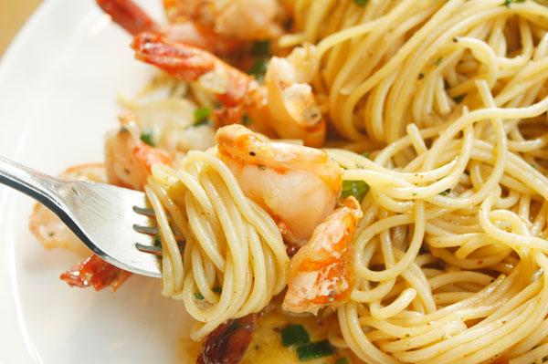 los italianos no usan cuchara ni los cortan en el plato
